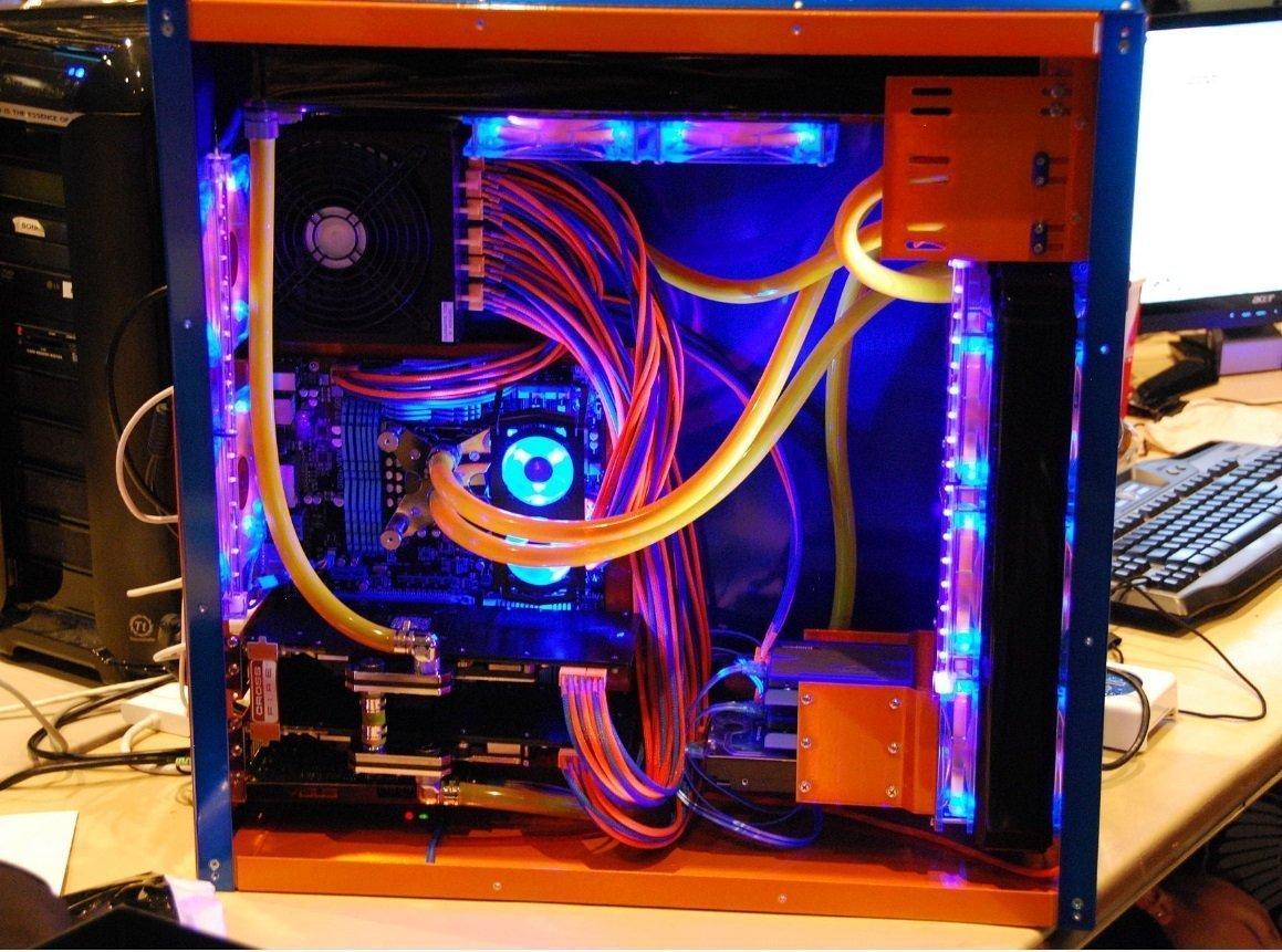 Raffreddamento a liquido del PC con LED RGB